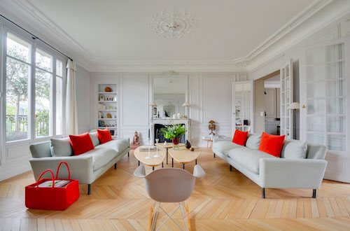 Photo d'appartement d'un salon design rouge et blanc